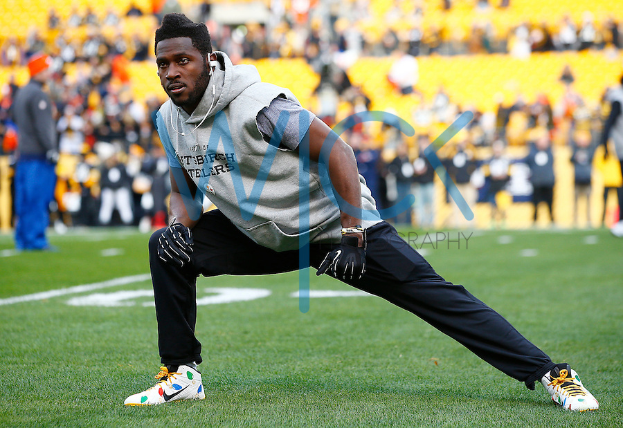 Antonio Brown #84 of the Pittsburgh Steelers warms up prior to the game against the Denver Broncos at Heinz Field on December 20, 2015 in Pittsburgh, Pennsylvania. (Photo by Jared Wickerham/DKPittsburghSports)