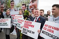 """Vorstellung der Kampagne """"Positiv zusammen leben"""" zum Welt-Aids-Tag am 1. Dezember 2017 in Berlin.<br /> Am Donnerstag den 26. Oktober 2017 stellten die Deutsche Aids-Hilfe, die Deutsche Aids-Stiftung, die Bundeszentrale fuer gesundheitliche Aufklaerung (BZgA) und das Bundesministeriums fuer Gesundheit in Berlin die diesjaehrige Informationskampagne zum Welt-AIDS-Tag am 1. Dezember 2017 vor. Unter dem Motto """"Positiv zusammen leben"""" werden im Bundesgebiet Plakate zum Thema aufgehaengt und ueber die Moeglichkeiten mit HIV zu leben informiert.<br /> Im Bild: Bundesgesundheitsminister Hermann Groehe mit Aktivisten der Kampagne.<br /> 26.10.2017, Berlin<br /> Copyright: Christian-Ditsch.de<br /> [Inhaltsveraendernde Manipulation des Fotos nur nach ausdruecklicher Genehmigung des Fotografen. Vereinbarungen ueber Abtretung von Persoenlichkeitsrechten/Model Release der abgebildeten Person/Personen liegen nicht vor. NO MODEL RELEASE! Nur fuer Redaktionelle Zwecke. Don't publish without copyright Christian-Ditsch.de, Veroeffentlichung nur mit Fotografennennung, sowie gegen Honorar, MwSt. und Beleg. Konto: I N G - D i B a, IBAN DE58500105175400192269, BIC INGDDEFFXXX, Kontakt: post@christian-ditsch.de<br /> Bei der Bearbeitung der Dateiinformationen darf die Urheberkennzeichnung in den EXIF- und  IPTC-Daten nicht entfernt werden, diese sind in digitalen Medien nach §95c UrhG rechtlich geschuetzt. Der Urhebervermerk wird gemaess §13 UrhG verlangt.]"""