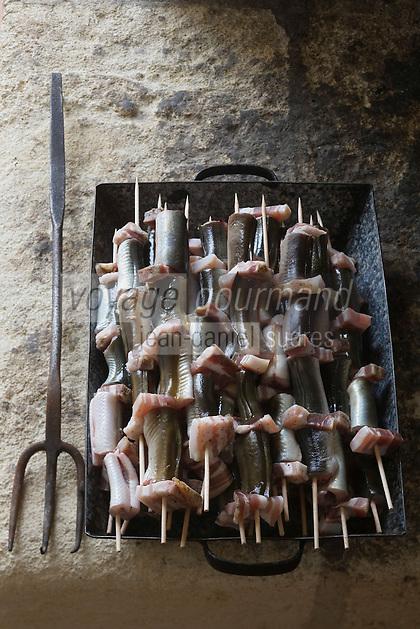 Europe/France/Aquitaine/33/Gironde/Saint-Yzans-de-Médoc : Château  Loudenne, Médoc Cru Bourgeois-   cuisine des vendanges  - les brochettes  d'anguilles grillées au lard sur les sarments de vigne