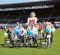 Nederland Amsterdam 2015 09 09. Op woensdag 9 september kan iedereen met een rollator weer meedoen aan de grote rollatorloop in het Olympisch Stadion. De Rollatorloop is speciaal in het leven geroepen om elkaar op te peppen om in beweging te blijven. Bewegen is immers de manier om zo gezond mogelijk te blijven.