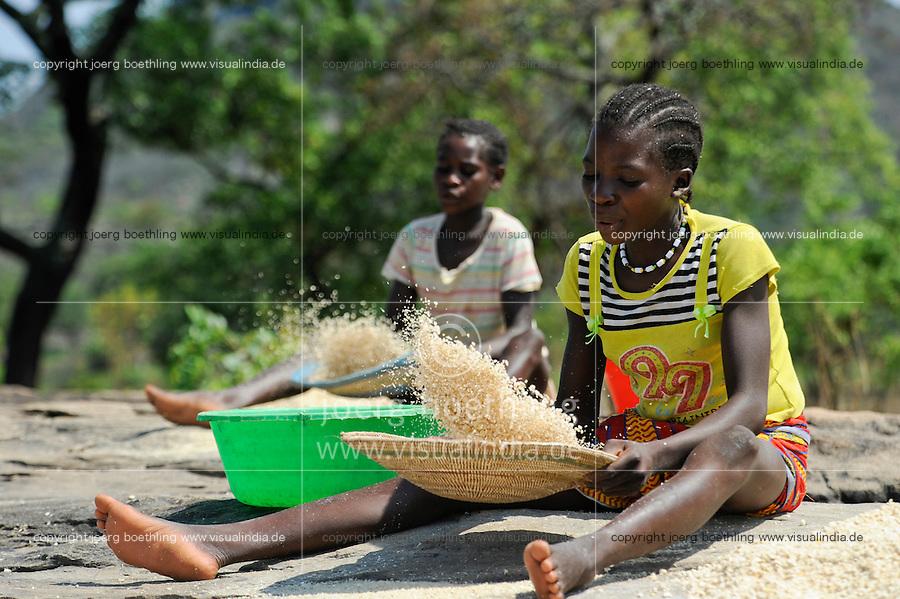 ANGOLA Kwanza Sul, rural development project, village Catchandja, women winnowing maize corn from chaff, maize flour is the stable food to prepare Funje / ANGOLA Kwanza Sul, laendliches Entwicklungsprojekt ACM-KS, Dorf Catchandja, landwirtschaftliche Beratung und Verbesserung der Anbaumethoden, Vergabe von Saatgut, Frauen trennen Spreu vom Maiskorn, Maismehl ist Grundlage fuer das Hauptnahrungsmittel Funje Brei