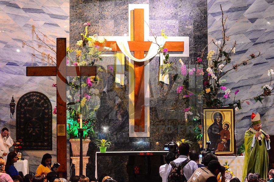 RIO DE JANEIRO, RJ,  DE 21 JULHO DE 2013 -JMJ RIO 2013-MISSA COM DON ORANI E SÍMBOLOS DA JMJ-Fiéis assistem a missa na Paróquia da Ressurreição, com o Arcebispo do Rio, Don Orani Tempesta e os símbolos da Jornada Mundial da Juventude(JMJ), um dia antes da chegada do Papa Francisco no Brasil, na tarde deste domingo, 21, no Arpoador, zona sul do Rio de Janeiro.FOTO:MARCELO FONSECA/BRAZIL PHOTO PRESS