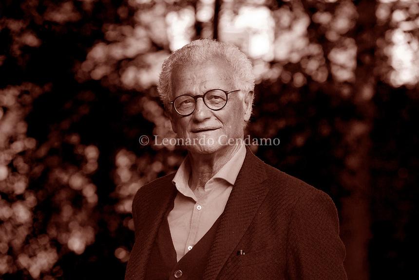 Paolo Fabbri, è un semiologo, scrittore italiano. La sua attività intellettuale riveste campi molteplici: dal linguaggio alle arti, dalla comunicazione. Laureatosi nel 1962 presso l'Università di Firenze, Fabbri si trasferisce a Parigi, dove nel 1965-66 frequenta l'École Pratique des Hautes Études (EPHE), in particolare i corsi di Roland Barthes, Lucien Goldmann e Algirdas Julien Greimas. Al ritorno in Italia, insegna Semiotica con Umberto Eco all'Università di Firenze, Facoltà di Architettura, 1966-67, poi come professore incaricato di Filosofia del linguaggio presso l'Istituto di Lingue dell'Università di Urbino (dal 1967 al 1976). Milano, 28 maggio 2016. Photo by Leonardo Cendamo/Gettyimages