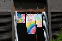 Rio de Janeiro (RJ), 15/04/2020 - Quartentena-Rio - Uma mensagem otimista dizendo 'Tudo vai ficar bem' e vista em janela de uma residencia no Alto da Boa Vista, zona norte do Rio de Janeiro, nesta quarta-feira (15). (Foto: Alexandre Durao/Codigo 19/Codigo 19)