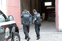 Sumaré (SP), 23/03/2020 - Policia - Uma fábrica clandestina de álcool em gel foi fechada na tarde desta segunda-feira (23) em Sumaré, interior de São Paulo, por falta de licença da Vigilância Sanitária. O fechamento foi feito pela DIG (Delegacia de Investigações Gerais) após denuncia sobre irregularidade do local.<br /> Segundo a Polícia Civil, o dono do depósito era químico. No local os investigadores encontraram embalagens e matéria-prima para a produção do material. A empresa vendia o galão de 5 litros por R$ 45.<br /> A fábrica funcionava em um depósito de produtos para lava-rápidos, no bairro São Judas Tadeu. Foram encontrados cerca de mil litros de álcool em gel e 250 frascos prontos para a venda no local. Os produtos não continham rótulo ou informações sobre a composição e os cuidados para uso.<br /> O dono da fábrica foi preso em flagrante por crime conta a saúde pública.