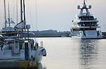 Foto: VidiPhoto<br /> <br /> KOS – Peperdure boten liggen in de jachthaven van het Griekse eiland Kos te wachten tot hun eigenaren er gebruik van maken. Dat gebeurt vaak maar enkele keren per jaar. Publiekstrekker is het gloednieuwe en 61 meter lange superjacht Saramour van de prestigieuze Italiaanse botenbouwer CRN uit Ancona, die in 2014 te water werd gelaten en vorige week in Amsterdam de eerste prijs in de wacht sleepte voor de World Superyacht Awards. De exclusieve boot biedt ruimte aan twaalf gasten in zes luxe cabines, met daarnaast veertien bemanningsleden. Verder bevinden zich op de boot een fitnessruimte en welnesscentrum. Het jacht is bovendien voorzien van een helicopterdek. Gordijnen, verlichting en klimaatbeheersing van het hele schip zijn via een ipad te besturen. Op de Saramour hangen twee schilderijen van de Nederlandse expressionist Karel Appel. De totale bouwkosten bedragen 700 miljoen dollar. Om te voorkomen dat nieuwsgierige toeristen een kijkje nemen aan boord, wordt de varende villa permanent bewaakt.