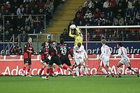Timo Hildebrand (VfB Stuttgart) pfl¸ckt sich den Ball herunter