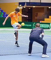 03-04-12, Netherlands, Amsterdam, Tennis, Daviscup, Netherlands-Rumania, training, partijtje minivoetbal tussen captain Jan Siemerink en kopman Robin Haase(L)