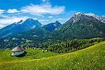 Deutschland, Bayern, Berchtesgadener Land, Ramsau bei Berchtesgaden: Gnotschaft (Ortsteil) Schwarzeck, Blick vom Soleleitungsweg (Wanderweg) in die Berchtesgadener Alpen mit Watzmann (links) 2.713 m und Hochkalter 2.607 m | Germany, Upper Bavaria, Berchtesgadener Land; Ramsau bei Berchtesgaden: district Schwarzeck, view from hiking trail 'Soleleitungsweg' towards Berchtesgaden Alps with summits Watzmann 2.713 m (left) and Hochkalter 2.607 m