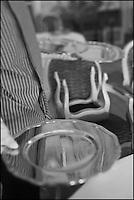 Europe/Monaco/Monte Carlo: restaurant: Louis XV / Alain Ducasse à l'Hôtel de Paris - le personnel dresse la salle - Sous assiettes en vermeil [Non destiné à un usage publicitaire - Not intended for an advertising use]