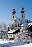 Deutschland, Bayern, Chiemgau, Aschau: kath. Pfarrkirche Darstellung des Herrn im Winter | Germany, Bavaria, Chiemgau, Aschau: parish church in winter