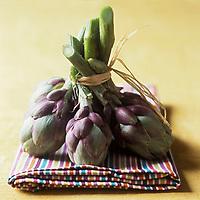 Europe/France/Provence-Alpes-Côte d'Azur/06/ Alpes Maritimes: Artichaut Violet de Provence  ou Poivrade - Stylisme : Valérie LHOMME //  France, Alpes Maritimes, purple artichokes of Provence