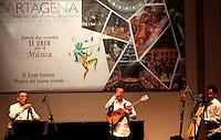 CARTAGENA-COLOMBIA-07-01-2013 El clarinetista Gabriele Mirabassi se presenta al lado de Juan Carlos Contreras con el cuatro y Bandola y a Elvis A Diaz con el arpa en el claustro de La Merced de ia universidad de Cartagena al lado de Gabriele Mirabassi con el clarinete en el VII Festival Internacional de Musica de Cartagena. The clarinetist Gabriele Mirabassi appears next to Juan Carlos Contreras with four Bandola and Elvis Diaz with the harp in the cloisters of La Merced University of Cartagena ia alongside Gabriele Mirabassi the clarinet in the VII International Music Festival Cartagena. (Photo: VizzorImage)..
