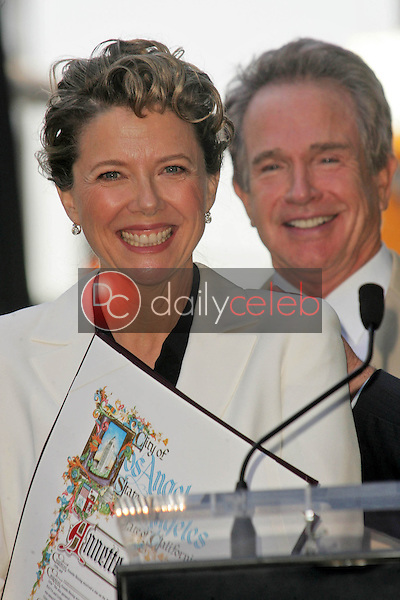 Annette Bening and Warren Beatty<br />at the ceremony honoring Annette Bening with the 2,324th Star on the Hollywood Walk of Fame. Hollywood Boulevard, Hollywood, CA. 11-10-06<br />Dave Edwards/DailyCeleb.com 818-249-4998