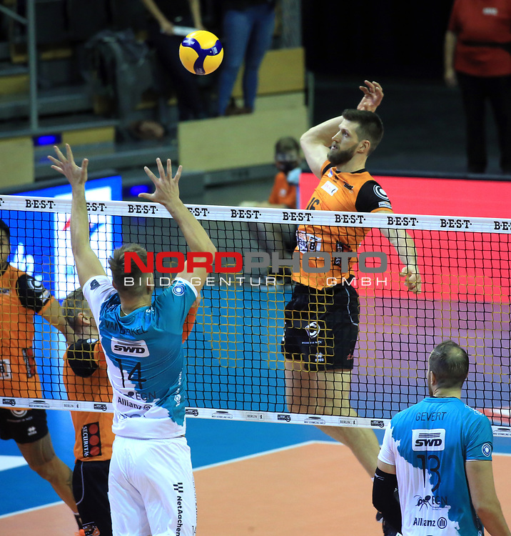 17.10.2020, Max Schmeling Halle, Berlin, GER, 1.VBL, BR VOLLEYS VS. SWD powervolleys Dueren, <br /> im Bild Eder Carbonera (BR Volleys #16)<br /> Lucas Van Berkel (Dueren #14)<br /> <br />    <br /> Foto © nordphoto /  Engler