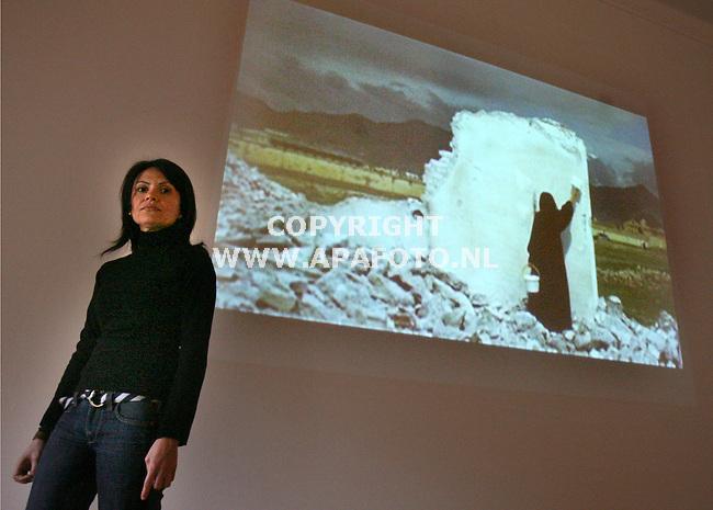 Arnhem, 240206<br /> Kunstenaar Lida Abdoel voor haar werk in het museum voor moderne kunst Arnhem.<br /> <br /> Foto: Sjef Prins - APA Foto