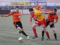 OMS Ingelmunster - SV Oostkamp.duel tussen Olivier Verwilst (links), Robin De Bels (midden) en Kristof Lagast (rechts).foto VDB / BART VANDENBROUCKE