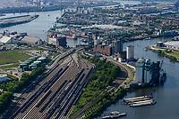 GERMANY Hamburg, tank wagon of railways on tracks and Shell oil refinery / DEUTSCHLAND Hamburg, Hafen, Süderelbe, Tankwagen der Bahn auf Gleisen und Shell Ölraffinerie