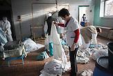 Großwaschtag in der Wäscherei des Krankenhaus.<br />Bettwäsche, Verbände, Handtücher, alles muss gründlich<br />desinfiziert werden. Es gibt nicht genügend Bettwäsche, die<br />meisten Patientin bringen Bettwäsche, falls sie welche besitzen,<br />von zu Hause mit. // Moldova is still the poorest country of Europe. Hopes to join the European Union are high. After progress in the past years tuberculosis is on the rise again. The number of new patients raise since 2010 and is on a level that has not been reached since the late 90s.