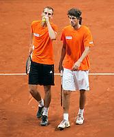 16-9-09, Netherlands,  Maastricht, Tennis, Daviscup Netherlands-France, Training, De dubbel strategie wordt besproken door Thiemo de Bakker en Robin Haase(r)