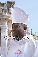 Cardinal Peter Kodwo Turkson (Presidente del Pontificio Consiglio della Giustizia e della Pace)Pope Benedict XVI waves as he arrives in Saint Peter's Square at the Vatican before a mass on June 11, 2010 with some 15,000 priests marking the end of the Roman Catholic Church's Year for Priests.