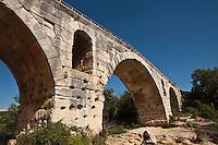urope/France/Provence-Alpes-Cote d'Azur/84/Vaucluse/Env de Bonnieux: Le Pont Julien sur le Calavon, Le Pont Julien est un pont romain, traditionnellement daté de l'an 3 avant JC, au débouché du défilé de Roquefure,