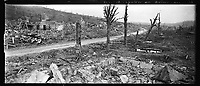 Vue panoramique du village d'Allemant (Aisne) rasé par les bombardements. Le capitaine Courtois pose adossé contre un arbre. 11 février 1918 Vue panoramique du village d'Allemant (Aisne) rasé par les bombardements. Le capitaine Courtois pose adossé contre un arbre. 11 février 1918
