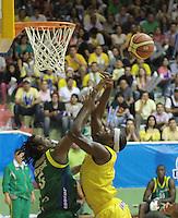 BUCARAMANGA -COLOMBIA, 10-06-2013. Jason Edwin (D) de Búcaros va por un balón perdido contra el jugador Reque Newsome (I) de Bambuqueros durante el juego 3 de la final en la Liga DirecTV de baloncesto Profesional de Colombia realizado en el Coliseo Vicente Díaz Romero de Bucaramanga./ Jason Edwin (C) of Bucaros goes for a loose ball against Bambuqueros player Reque Newsome(L) during the game 3 of the final on DirecTV professional basketball League in at Vicente Diaz Romero coliseum in Bucaramanga. Photo: VizzorImage / Jaime Moreno / STR