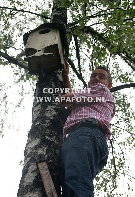 Beekbergen 100507 Johan de Voors op de ladder bij de nestkast waar hij gisteravond door een uil werd aangevallen.<br />Foto frans Ypma APA-foto