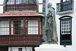 Spain, Canary Islands, La Palma, Santa Cruz de La Palma: capital - old town, Plaza de Espana with statue Manuel Hernandez Diaz, wooden balcony