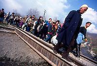 BLACE / CONFINE KOSOVO - MACEDONIA MARZO 1999.DOPO L'INIZIO DEI BOMBARDAMENTI DELLA NATO LA REPRESSIONE DELLE FORZE SERBE SULLA POPOLAZIONE KOSOVARA SI FA ANCORA PIU' FORTE. LE OPERAZIONI DI PULIZIA ETNICA SI EFFETTUANO ANCHE SU LARGA SCALA CON L'USO DI TRENI CHE PORTANO MIGLIAIA DI KOSOVARI AL CONFINE MACEDONE. E' UNA CATASTROFE UMANITARIA CHE TROVA IMPREPARATE LE AGENZIE UMANITARIE. GLI SFOLLATI VERRANNO AMMASSATI PER GIORNI NELLA TERRA DI NESSUNO TRA FANGO E CAMPI MINATI..FOTO LIVIO SENIGALLIESI..BLACE / KOSOVO - MAKEDONIA BORDER MARCH 1999.AFTER THE BEGINNING OF NATO AIR STRIKES THE REPRESSION OF JUGOSLAV ARMY AGAINST ETHIC ALBANIANS GROWS UP. THOUSANDS OF IDP'S ARE DEPORTED TO THE BORDER BY TRAINS. THEY ARE ABANDONED FOR DAYS IN THE NO MEN'S LAND WITHOUT HUMANITARIAN AIDS. .PHOTO LIVIO SENIGALLIESI