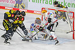 Krefelds Martin Schymainski (Nr.88) mit Chance gegen Bremerhavens BRANDONMAXWELL (Nr.31) und Bremerhavens PATRICK JOSPEHALBER (Nr.50)  beim Spiel in der Gruppe Nord der DEL, Krefeld Pinguine (schwarz) – Fischtown Pinguins Bremerhaven (weiss).<br /> <br /> Foto © PIX-Sportfotos.de *** Foto ist honorarpflichtig! *** Auf Anfrage in hoeherer Qualitaet/Aufloesung. Belegexemplar erbeten. Veroeffentlichung ausschliesslich fuer journalistisch-publizistische Zwecke. For editorial use only.