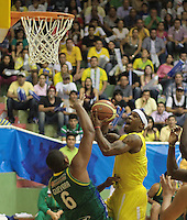 BUCARAMANGA -COLOMBIA, 10-06-2013. Nicholas Covington (D) de Búcaros trata de anotar en contra de Enielsen Guevara (I) de Bambuqueros durante el juego 3 de la final en la Liga DirecTV de baloncesto Profesional de Colombia realizado en el Coliseo Vicente Díaz Romero de Bucaramanga./ Nicholas Covington (R) of Bucaros tries to score against Enielsen Guevara (L) of Bambuqueros during the game 3 of the final on DirecTV professional basketball League in Colombia at Vicente Diaz Romero coliseum in Bucaramanga. Photo: VizzorImage / Jaime Moreno / STR