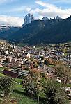 Italien, Suedtirol, Dolomiten, St. Ulrich im Groednertal vorm Langkofel | Italy, South Tyrol, Alto Adige, Dolomites, Ortisei at Val Gardena with Sassolungo mountain