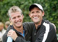 17-6-07, Groenekan, Playoffs Eredivisie Tennis, Freddy Hemmes en Dennis van Scheppingen vallen elkaar in de armen na de overwinning van Popeye Goldstar in de competitie