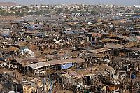 MALI, Bamako, IDP camp Faladjié, cattle stable of Peulh herdsmen / Faladié Flüchtlingslager, Peulh Fluechtlinge aus der Region Mopti mit ihren Tierherden, zwischen Peul und Dogon kam es in der Region Mopti zu gewaltsamen Auseinandersetzungen