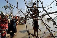 BANGLADESH District Bagerhat , cyclone Sidr and high tide destroy villages in Southkhali at river Balaswar , victims await distribution of relief goods  / BANGLADESCH, der Wirbelsturm Zyklon Sidr und eine Sturmflut zerstoeren Doerfer im Kuestengebiet von South Khali , Menschen bei Verteilung von Hilfsguetern und Nahrung