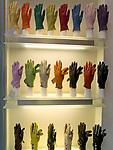 Italien, Lombardei, Mailand: Shopping in der Galleria Vittorio Emanuele - Schaufenster mit Handschuhen   Italy, Milan: Window-Shopping at Vittorio Emanuele Arcade - gloves