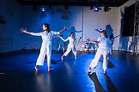 """Generalprobe der Auffuehrung """"Sieben"""" der Tanzschule """"Die Etage"""". Sieben Absolvent*innen der Tanzschule fuehren ihre Abschlussstuecke auf, ergaenzt durch weitere Choreographien zum Thema """"Die sieben Todsuenden"""".<br /> Im Bild: Die Choreographie """"Entrinnen"""" von Saskia Assohoto. Taenzerinnen: 1. Jahrgang.<br /> 9.9.2020, Berlin<br /> Copyright: Christian-Ditsch.de"""