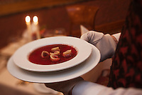Europe/Voïvodie de Petite-Pologne/Cracovie:Service du Borch  au restaurant: Wierzynek
