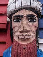 Holzskulptur an Hummerbude 33, Hafenstraße, Unterland, Insel Helgoland, Schleswig-Holstein, Deutschland, Europa<br /> Wooden sculpture at Lobster shack 33 at Hafenstraße, Unterland, Helgoland island, district Pinneberg, Schleswig-Holstein, Germany, Europe