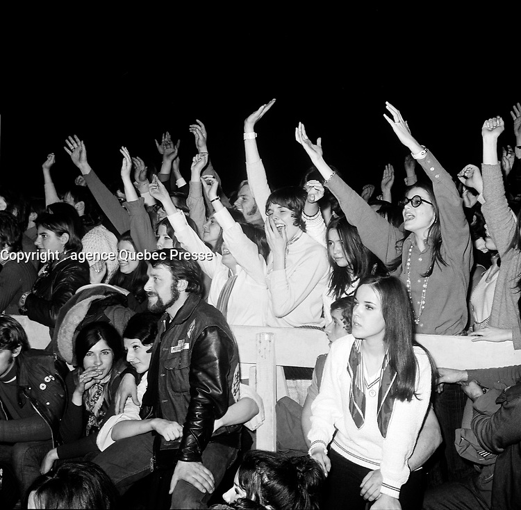 La foule acclame Johnny Halliday<br /> et Sylvie Vartan, en tournee au Quebec, le 16 mars 1969 au Colisee de la ville de Quebec.<br /> <br /> PHOTO : Agence Quebec Presse - Photo Moderne