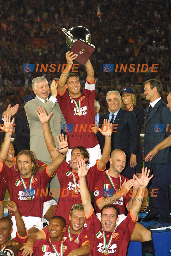 Roma, stadio Olimpico 19 Agosto 2001. Supercoppa Italiana.<br /> Roma - Fiorentina 3-0<br /> Totti alza la coppa