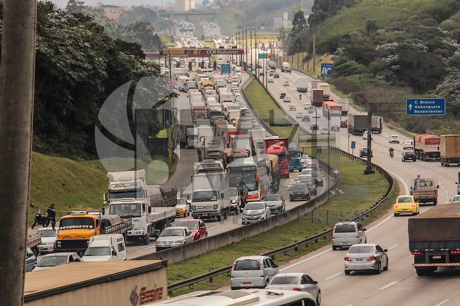 SÃO PAULO,SP, 20.08.2015 - TRÂNSITO-SP - Trânsito intenso no Rodoanel Mario Covas nos dois sentidos por causa de um acidente envolvendo duas carretas no Km 26 sentido Curitiba na manhã desta quinta-feira (20). (Foto Marcio Ribeiro / Brazil Photo Press)