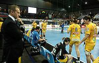 Handball Frauen / Damen  / women 1. Bundesliga - DHB - HC Leipzig : Frankfurter HC - im Bild: HCL Manager Kay-Sven Hähner stützt sich den Kopf und schaut ungläubig ins Leere - die Niederlage ist auch für ihn bitter . Foto: Norman Rembarz .