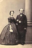 Ehepaar Pleninger. Ganzfigur. Um 1865. Photographie von Gebrüder Harmsen. <br /> <br /> - 01.01.1865-31.12.1865<br /> <br /> Es obliegt dem Nutzer zu prüfen, ob Rechte Dritter an den Bildinhalten der beabsichtigten Nutzung des Bildmaterials entgegen stehen.<br /> <br /> Married couple Pleninger. About 1865. Photograph by Gebrüder Harmsen. <br /> <br /> - 01.01.1865-31.12.1865<br /> <br /> It is in the duty of the user of the image to clear prior to usage if any Third Party rights preclude the intended use.