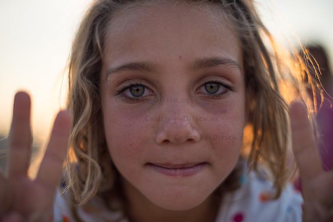 Fluechtlingskind in dem Fluechtlingscamp Arin Mirxan nahe der Ortschaft Suruc im tuerkischen Grenzgebiet zu Syrien. Hier leben ca. 250 Menschen, die vor dem Krieg des IS gegen die Kurden in dem Kurdengebiet Rojava von Syrien aus in die Tuerkei geflohen sind.<br /> 11.10.2015, Suruc/Tuerkei<br /> Copyright: Christian-Ditsch.de<br /> [Inhaltsveraendernde Manipulation des Fotos nur nach ausdruecklicher Genehmigung des Fotografen. Vereinbarungen ueber Abtretung von Persoenlichkeitsrechten/Model Release der abgebildeten Person/Personen liegen nicht vor. NO MODEL RELEASE! Nur fuer Redaktionelle Zwecke. Don't publish without copyright Christian-Ditsch.de, Veroeffentlichung nur mit Fotografennennung, sowie gegen Honorar, MwSt. und Beleg. Konto: I N G - D i B a, IBAN DE58500105175400192269, BIC INGDDEFFXXX, Kontakt: post@christian-ditsch.de<br /> Bei der Bearbeitung der Dateiinformationen darf die Urheberkennzeichnung in den EXIF- und  IPTC-Daten nicht entfernt werden, diese sind in digitalen Medien nach §95c UrhG rechtlich geschuetzt. Der Urhebervermerk wird gemaess §13 UrhG verlangt.]