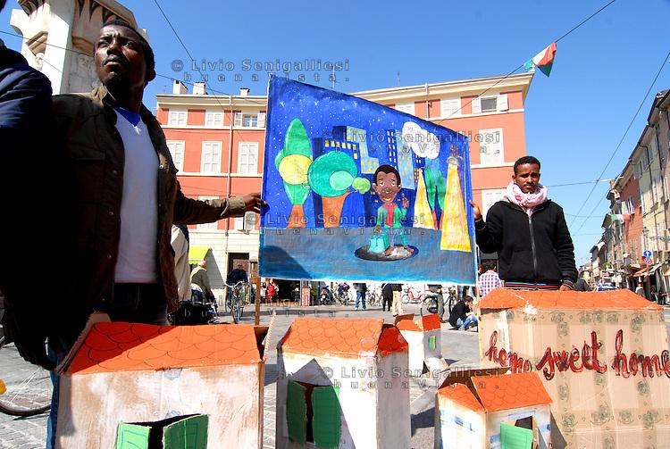Parma/Italia - Rifugiati partecipano a manifestazione per il diritto al lavoro e alla casa dei richienti asilo politico.