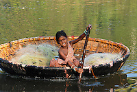 INDIA Karnataka , fishing nomads, girl with boat on river Phalguni / INDIEN Karnataka Moodbidri , Fischer Familien mit ihren Kindern am Fluss Phalguni, Maedchen in einem Boot mit bespannter Tierhaut