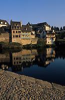 Europe/France/Limousin/19/Corrèze/Vallée de la Dordogne/Argentat: Vieilles maisons sur les quais de la Dorodgne